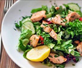 микс салат с лососем